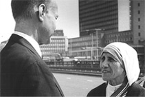 <p>John Templeton with Mother Teresa —<br /> Templeton Price 1973</p>
